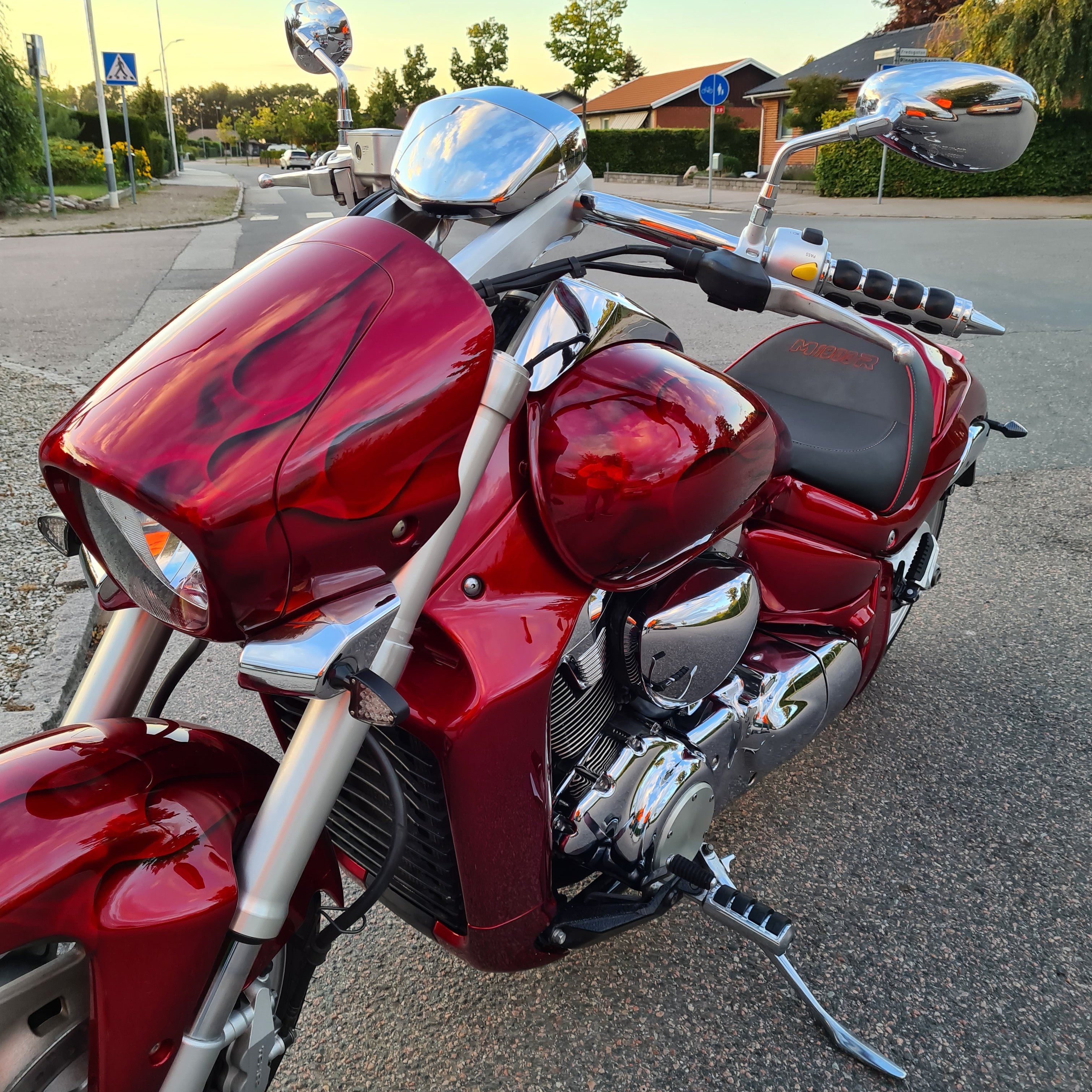 Suzuki Intruder m1800r red candy ghost classic flames 23