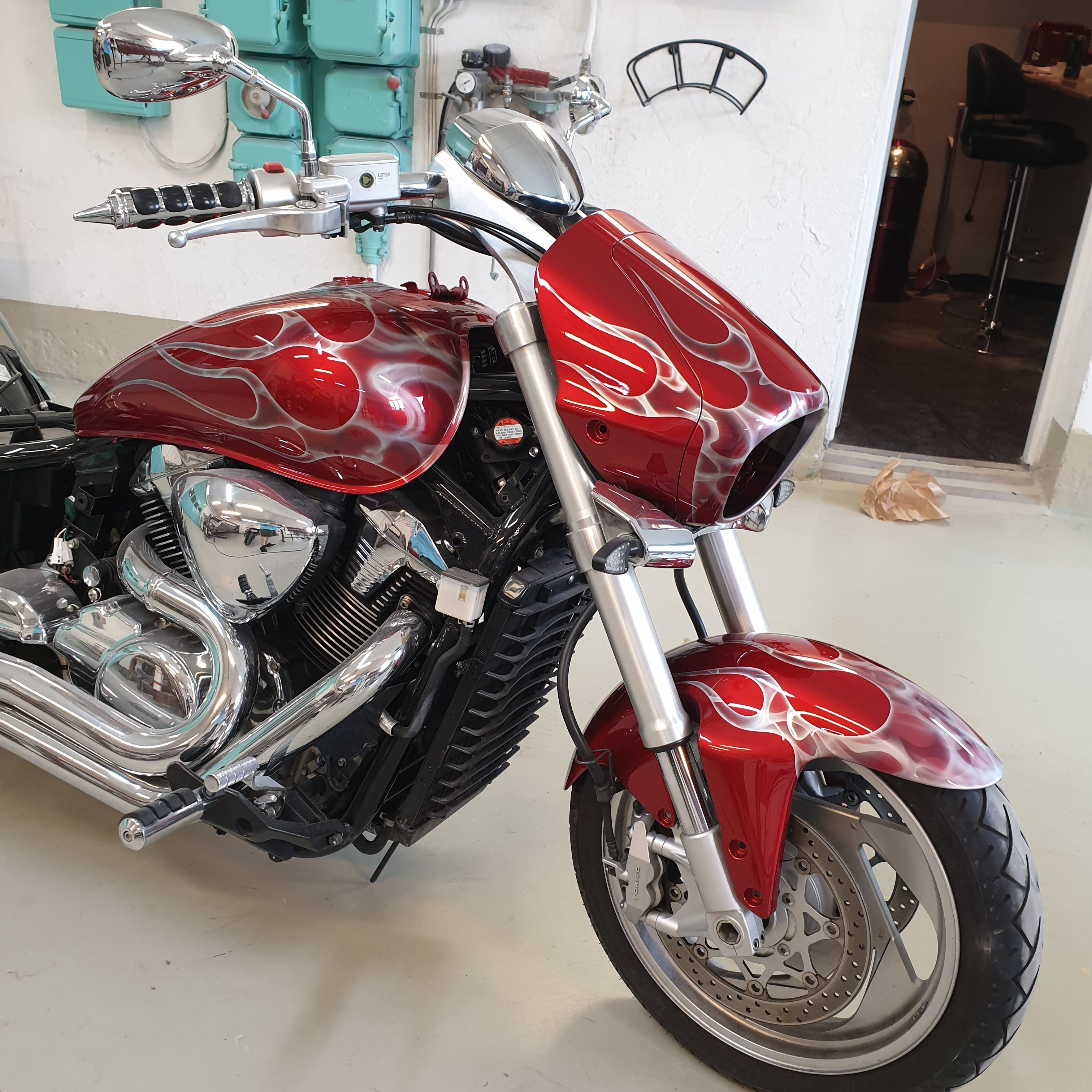 Suzuki Intruder m1800r red candy ghost classic flames 43